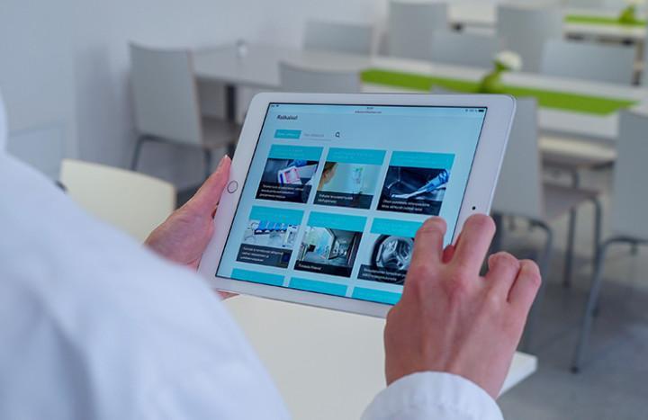 Helsearbeider ser på HygiNet på nettbrett.