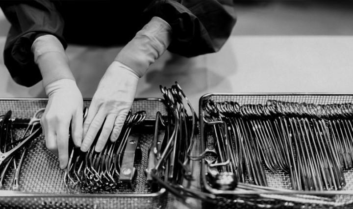 Nærbilde av operasjonsutstyr som blir organisert etter desinfisering, profesjonelt håndtert.